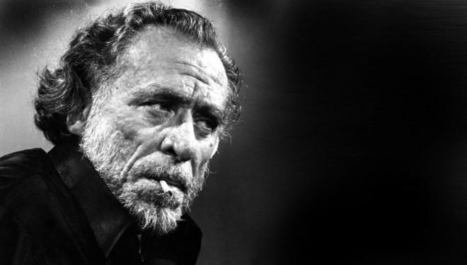 Frase célebre sobre el alcohol de Charles Bukowski