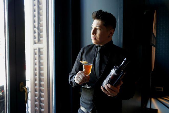 Byron Vinueza, bartender del Café Comercial de Madrid